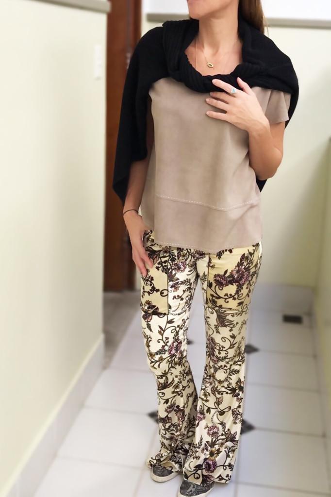 Blusa chamois Vera Benchimol , casaco tricô e calça estampada veludo Ateliê Daniella Martins com joias Cintia Botelho