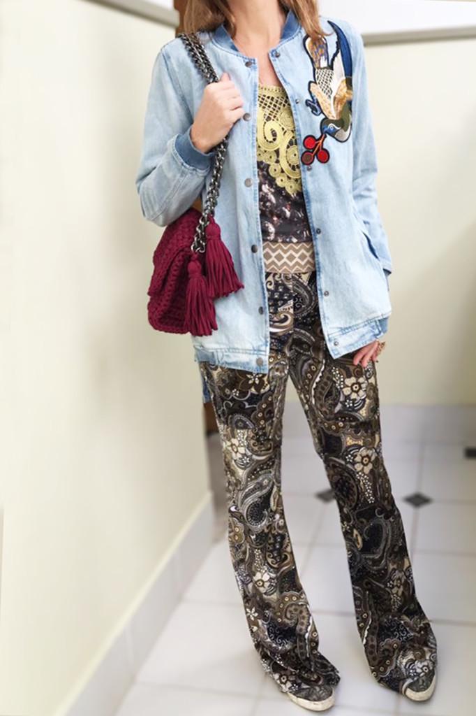 Bolsa BÉLIER BÉLIER, calça veludo estampado, camiseta jersey com guipire dourada e jaqueta over size jeans , tudo Ateliê Daniella Martins