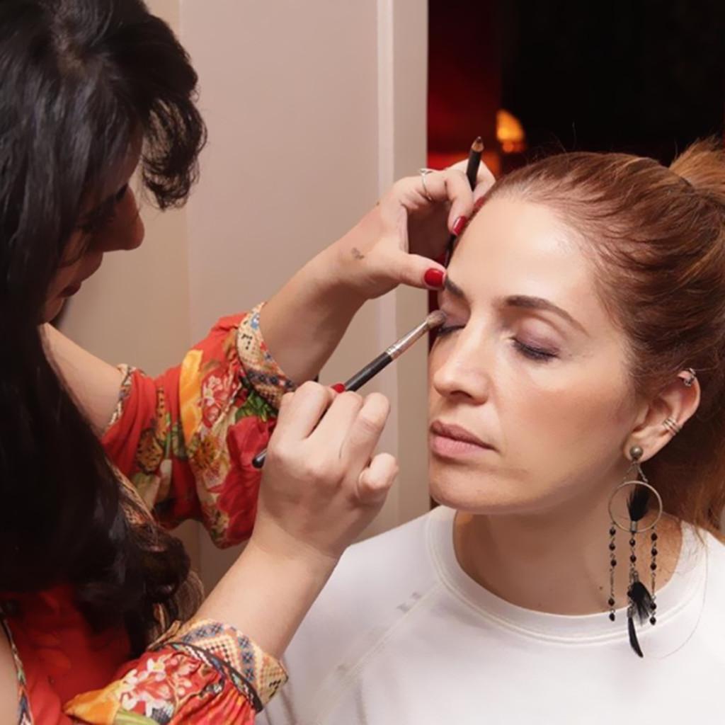 A apresentadora e jornalista Poliana Abritta recebendo os toques de Kaká