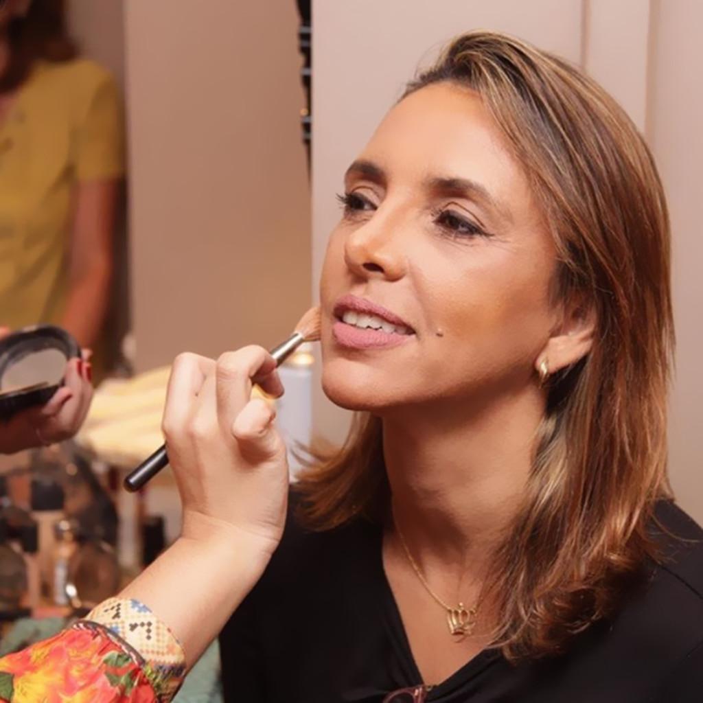 Carla Daiha sendo maquiada para o especial Dias Das Mães DM